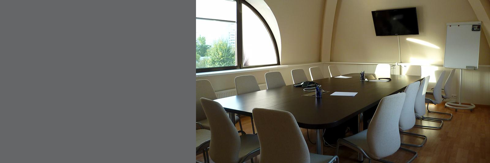 Многоместный стол для переговоров на заказ
