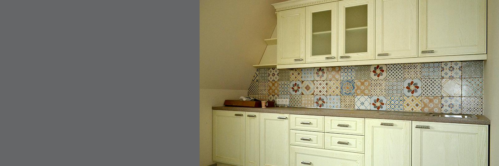 Кухня для офиса на заказ с фасадами из массива