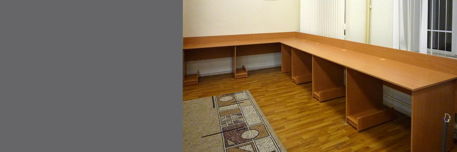Угловой многоместный компьютерный стол на заказ для кабинета информатики
