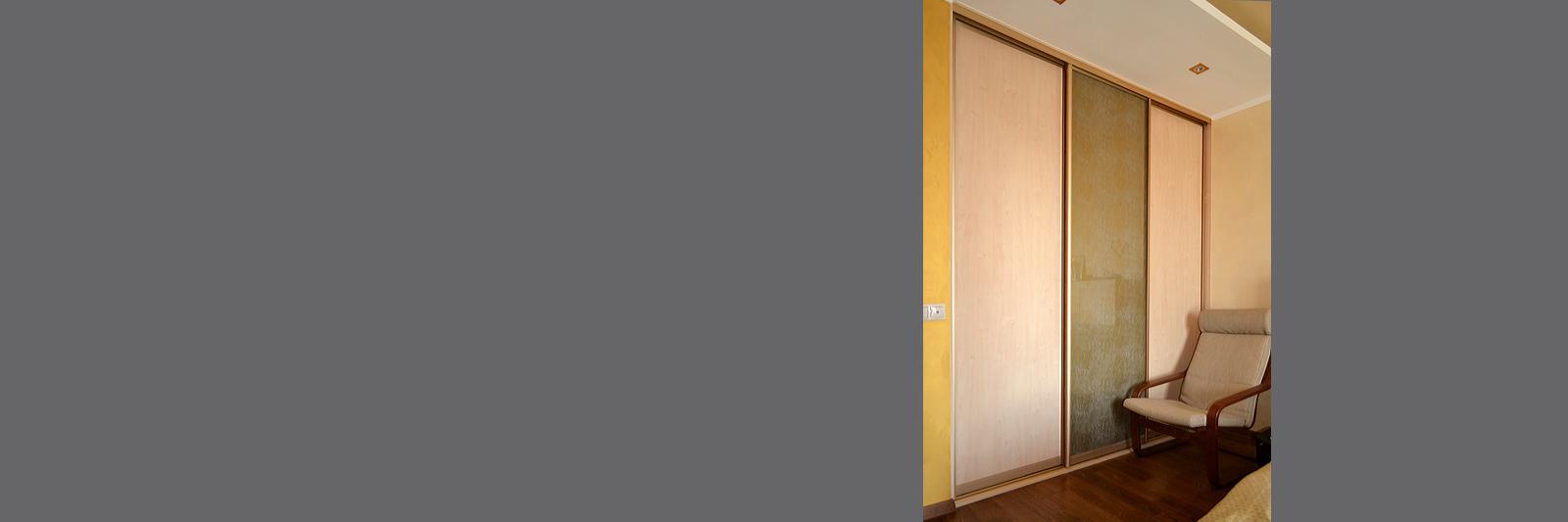 Встроенный шкаф купе на заказ с декоративным стеклом