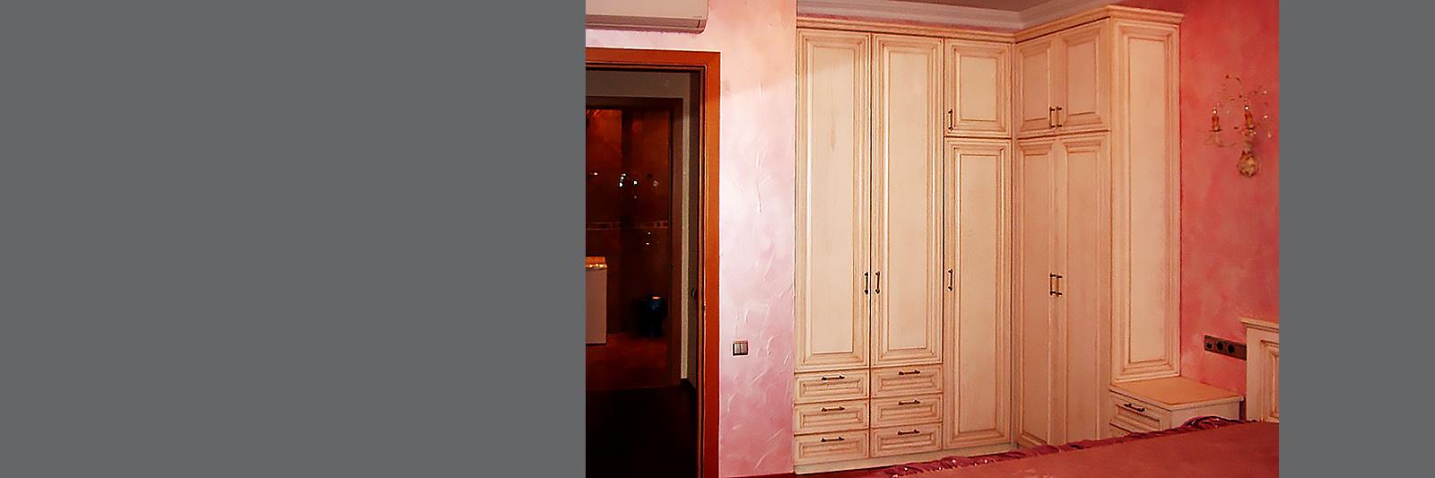 Шкаф в спальню на заказ из массива