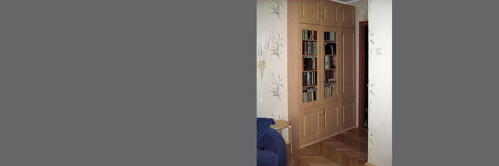Книжный шкаф на заказ с фасадами из МДФ