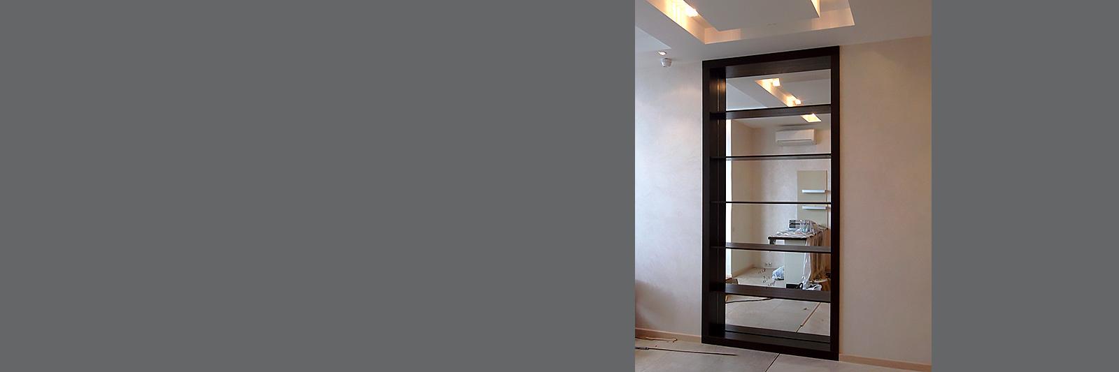 Зеркальный стеллаж в нишу под заказ