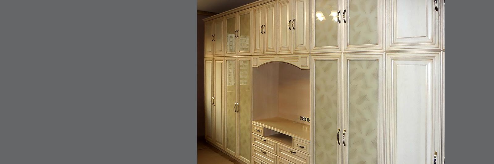Классическая стенка на заказ для гостиной из эмалированной МДФ с патиной