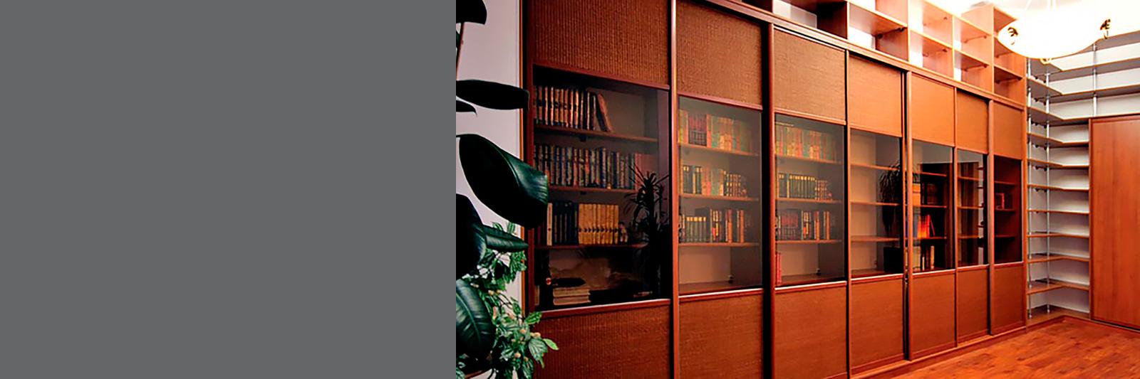 Книжный шкаф-купе на заказ с тонированным стеклом и вставками из ротанга