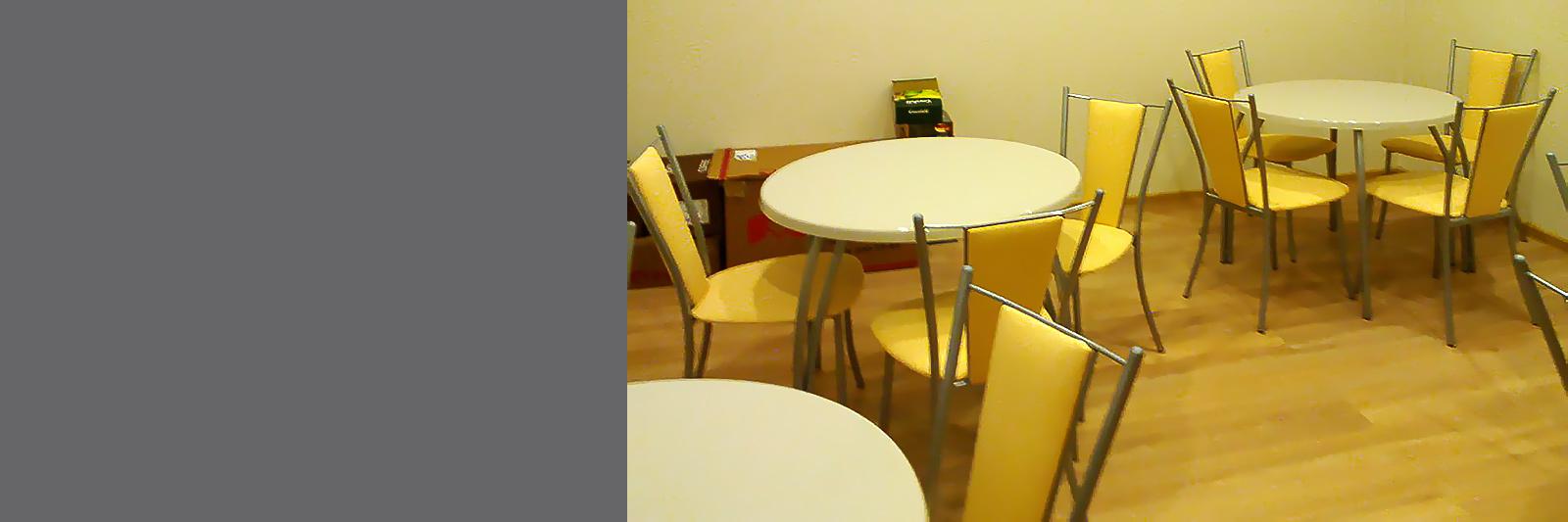 Обеденные столы на металлических опорах со стульями