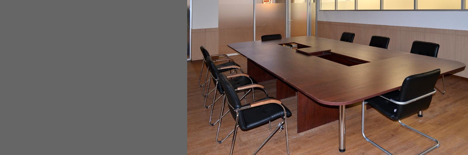 Стол для переговоров по индивидуальному заказу с передвижной платформой