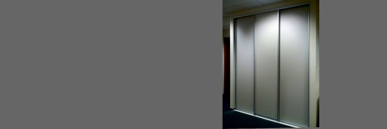 Гардероб в офис с раздвижными дверями