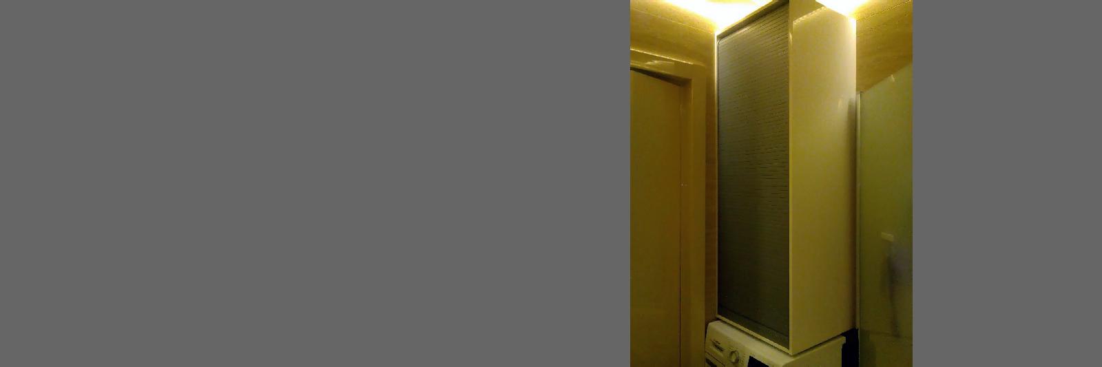 Подвесной шкаф с жалюзи на заказ для ванной комнаты